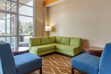 Lobby with sitting area | Comfort Suites Salem