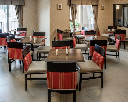 Enjoy breakfast in this seating area | Comfort Suites Southwest