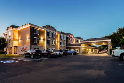 Exterior at night | Comfort Suites Columbia River