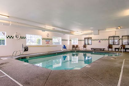 Indoor heated pool | Comfort Suites Columbia River