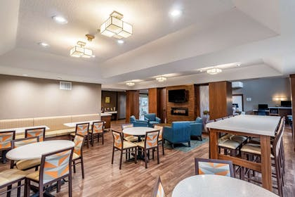 Enjoy breakfast in this seating area | Clarion Hotel Portland Airport