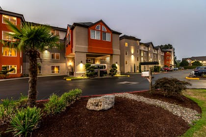 Hotel at night | Clarion Hotel Portland Airport