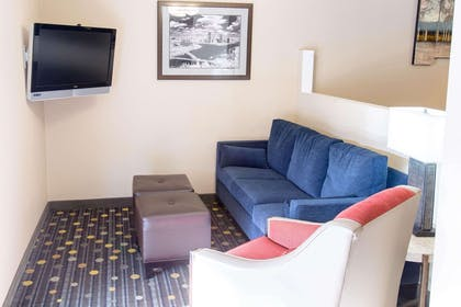 Lobby with sitting area | Comfort Inn Pittsburgh