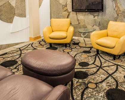 Lobby with sitting area | Comfort Suites Monroeville