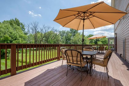 Hotel patio | MainStay Suites Grantville - Hershey North