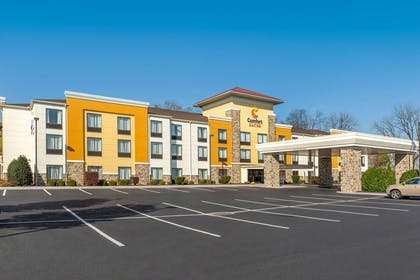 Hotel exterior   Comfort Suites Amish Country