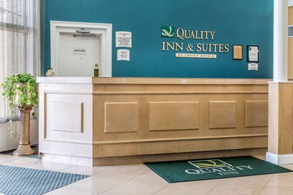 Front desk | Quality Inn & Suites Middletown - Newport
