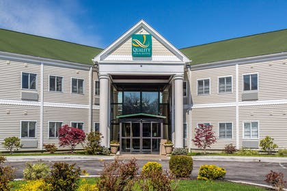 Beautifully landscaped hotel | Quality Inn & Suites Middletown - Newport