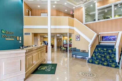Hotel lobby | Quality Inn & Suites Middletown - Newport