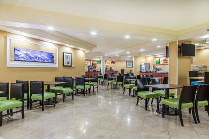Breakfast area | Quality Inn & Suites Middletown - Newport