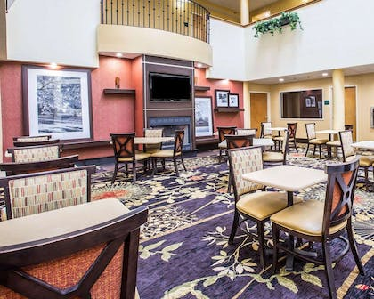 Enjoy breakfast in this seating area | Comfort Suites Anderson