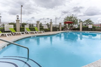 Outdoor pool | Comfort Suites Myrtle Beach Central