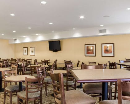 Enjoy breakfast in this spacious area | Comfort Suites