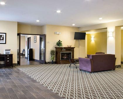 Spacious lobby with sitting area | Econo Lodge
