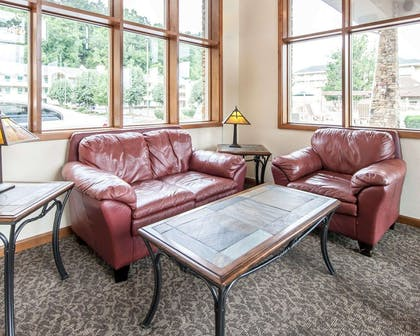 Lobby with sitting area | Quality Inn And Suites Dollywood