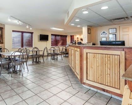 Spacious lobby with sitting area | Quality Inn And Suites Dollywood