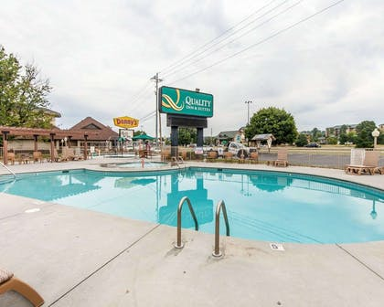 Outdoor pool with sundeck | Quality Inn And Suites Dollywood