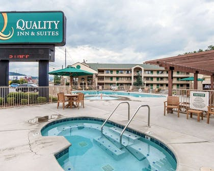 Outdoor pool with hot tub and sundeck | Quality Inn And Suites Dollywood