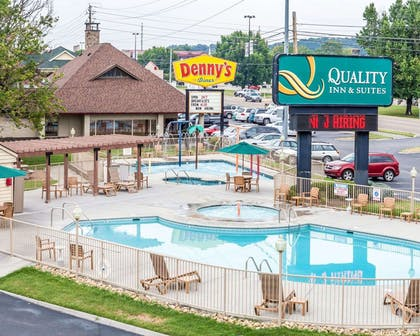 Outdoor pool with children's pool | Quality Inn And Suites Dollywood