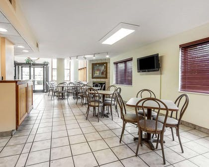 Enjoy breakfast in this seating area | Quality Inn And Suites Dollywood