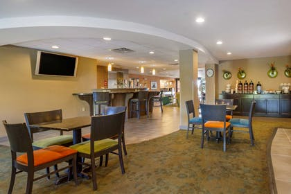 Enjoy breakfast in this seating area | Comfort Suites Knoxville West - Farragut