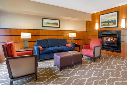 Lobby with sitting area | Comfort Suites North