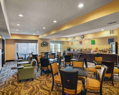 Breakfast area | Comfort Suites DFW Airport