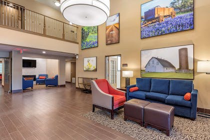 Lobby with sitting area | Comfort Suites Lufkin