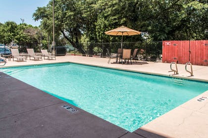 Outdoor pool | Comfort Suites Round Rock - Austin North I-35