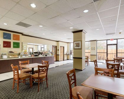 Enjoy breakfast in this spacious area | Comfort Suites Bush Intercontinental Airport