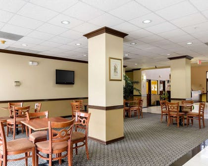Breakfast area | Comfort Suites Bush Intercontinental Airport