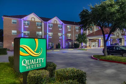 Hotel at night | Quality Suites Addison-Dallas