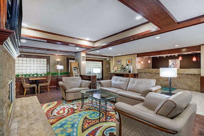 Hotel lobby | Quality Suites Addison-Dallas