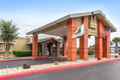 Hotel entrance | Quality Inn & Suites I-35 - near ATT Center