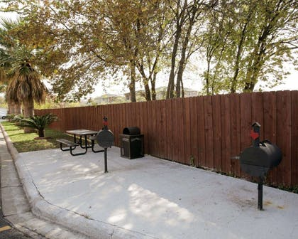 Picnic area with barbecue grills | Rodeway Inn & Suites Downtown North