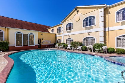 Outdoor pool | Quality Suites North