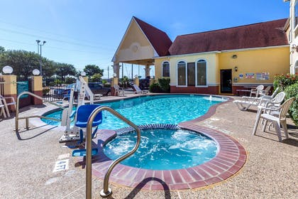 Outdoor hot tub | Quality Suites North