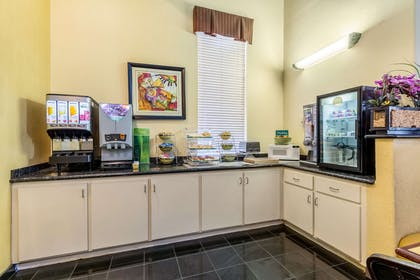 Breakfast area | Quality Suites North