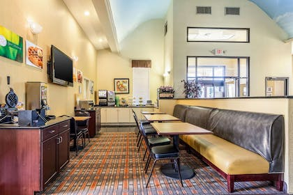 Free hot breakfast | Quality Suites North