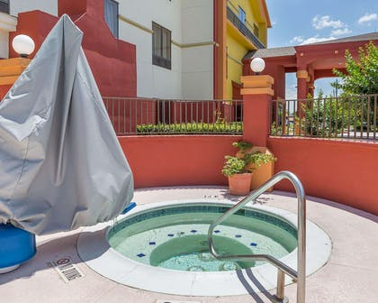 Outdoor pool with hot tub | Comfort Suites La Porte