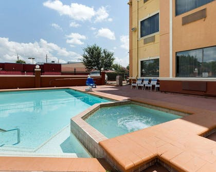 Outdoor pool with hot tub | Quality Suites Cy - Fair at Jones Road