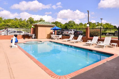 Relax by the pool | Quality Inn And Suites Beaumont