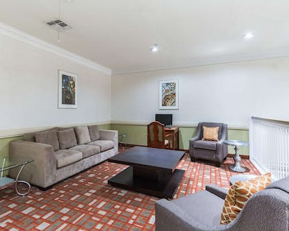 Lobby with sitting area | Econo Lodge Inn & Suites East