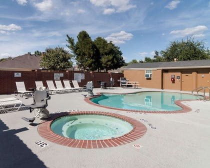 Relax in the hot tub | Quality Suites