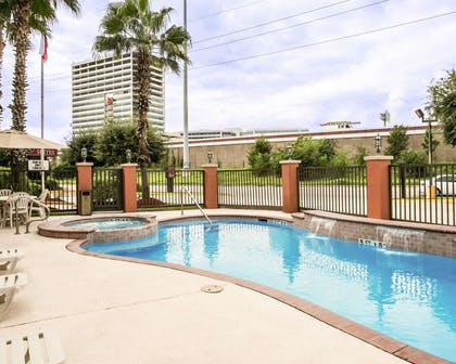 Outdoor pool with hot tub | Comfort Suites Willowbrook
