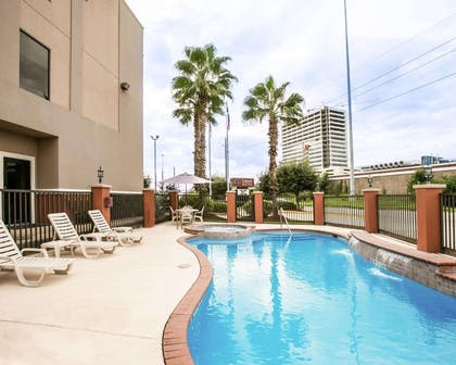 Outdoor pool | Comfort Suites Willowbrook