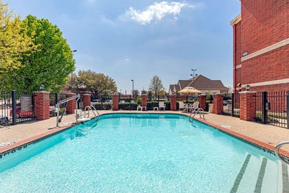 Outdoor pool | Comfort Suites McKinney-Allen