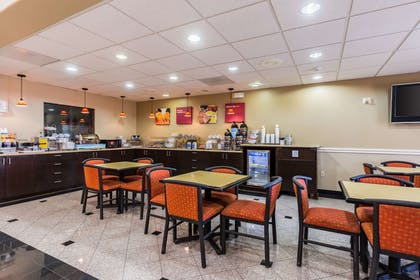 Enjoy breakfast in this seating area | Comfort Suites Westchase