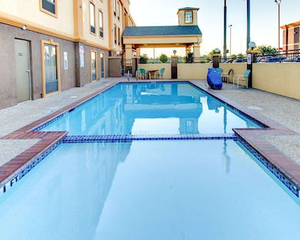 Outdoor pool with hot tub and sundeck | Comfort Inn Corsicana East