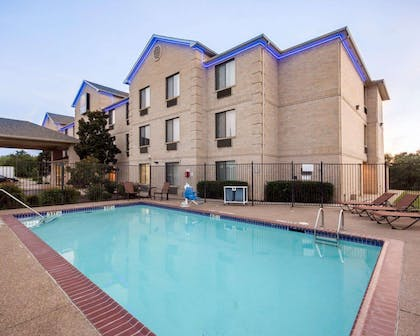Outdoor pool with sundeck   Comfort Inn Mansfield